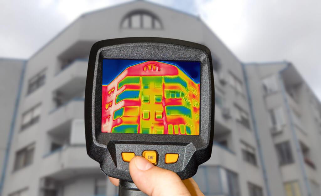 termokamera namierena na budovu
