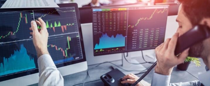 obchodnici sledujuci grafy vyvoju cien